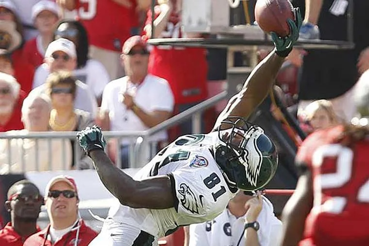 Jason Avant makes a one-handed catch during first half of the Eagles' win over the Buccaneers Dec. 9, 2012. (Ron Cortes/Staff Photographer)