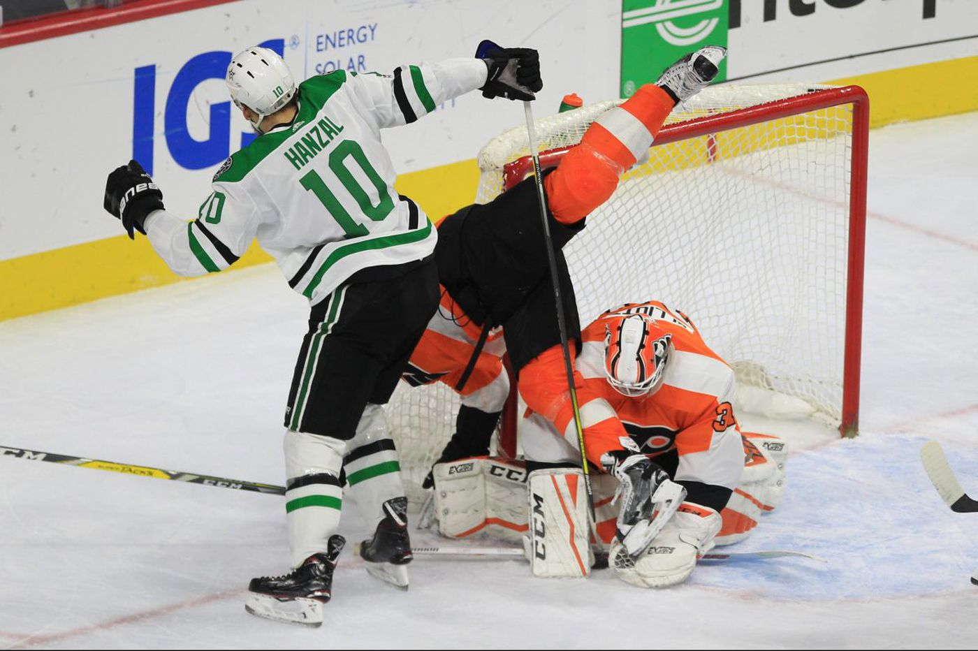 Shayne Gostisbehere's goal gives Flyers overtime win over Dallas Stars