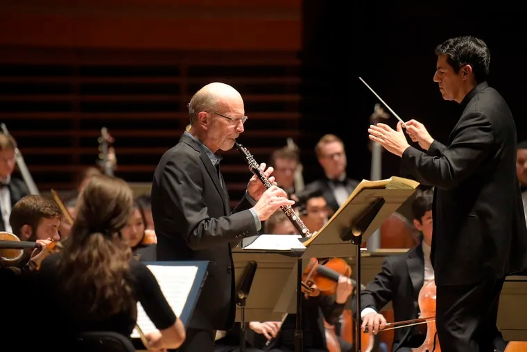 Richard Woodhams and conductor Miguel Harth-Bedoya with the Curtis Symphony Orchestra in Verizon Hall in 2017.