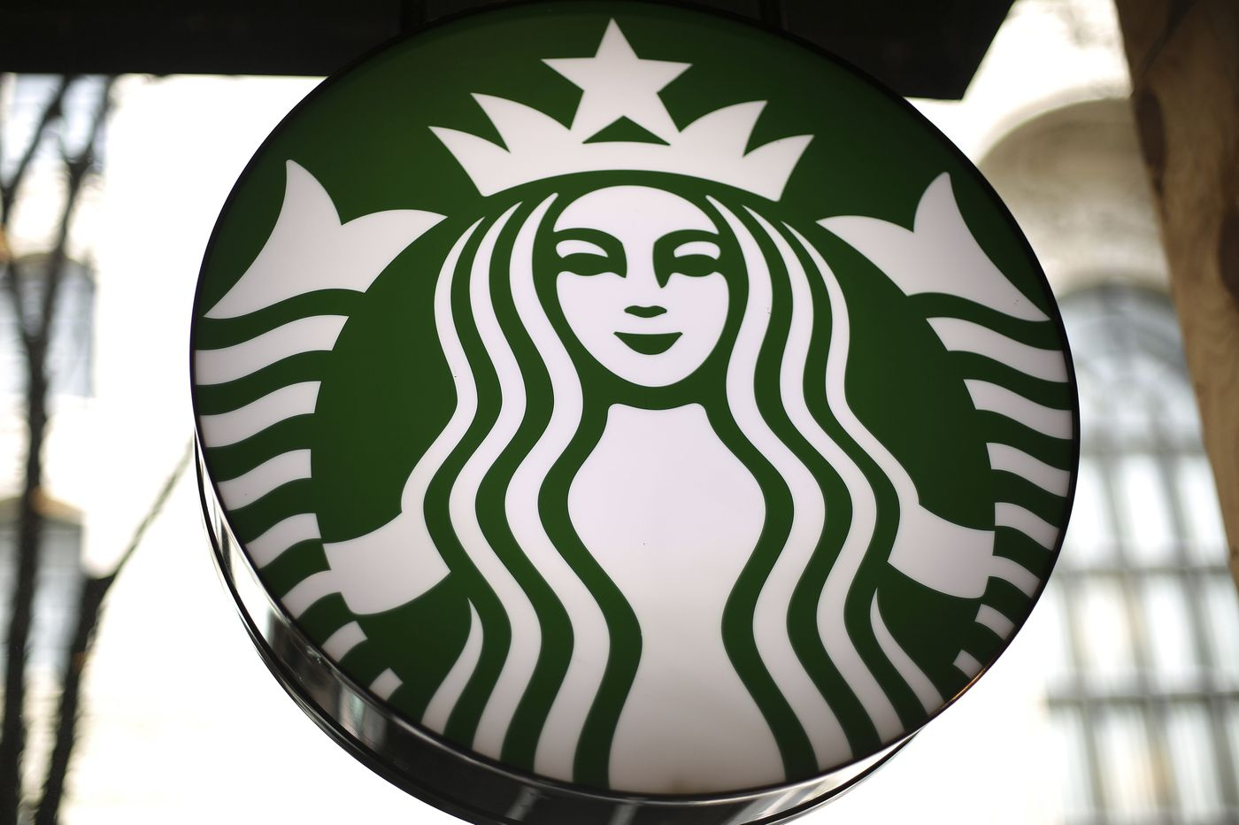 Twitter can't agree on Starbucks' straw ban