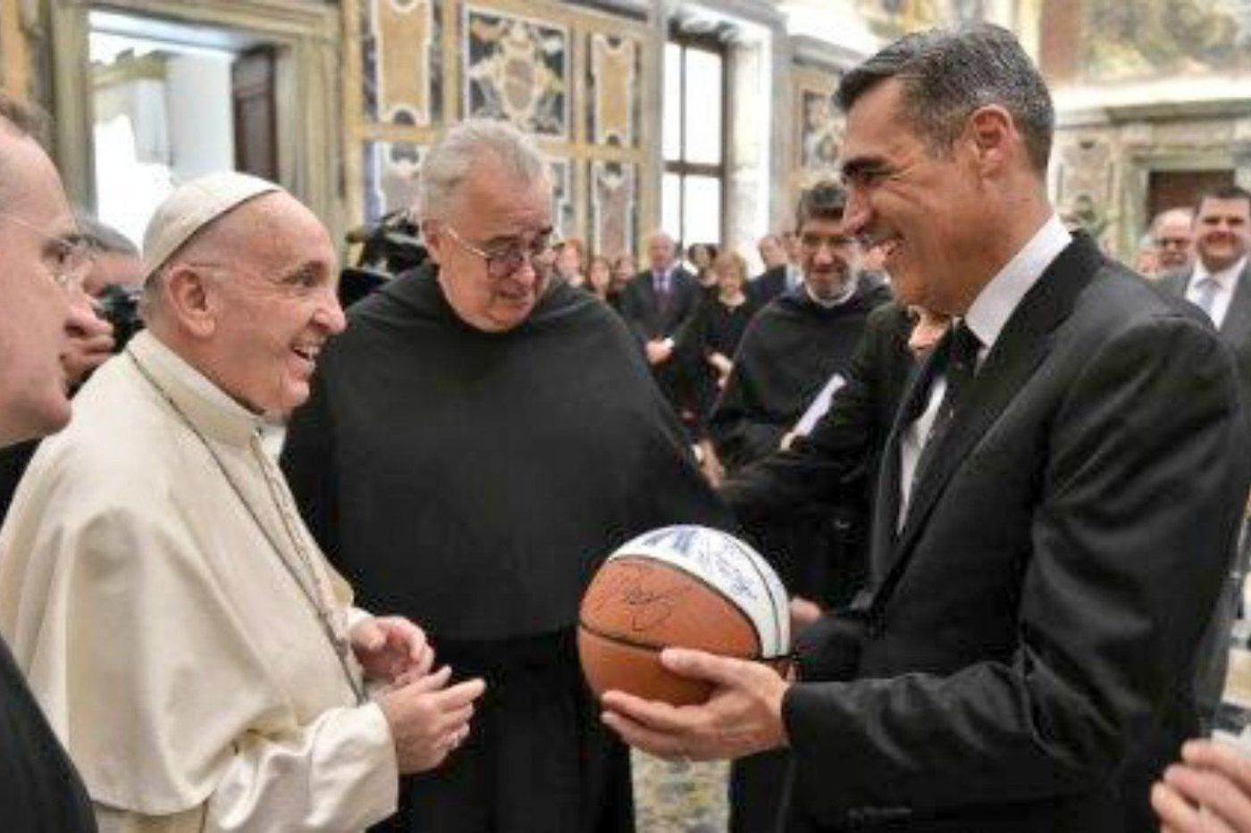 Villanova coach Jay Wright meets with Pope Francis, presents him with an autographed basketball