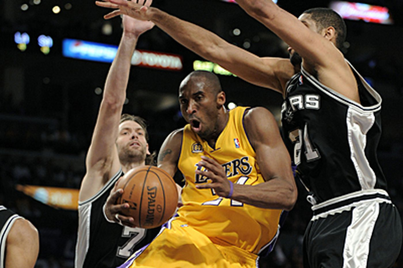 NBA: Bryant and Lakers breeze past Spurs