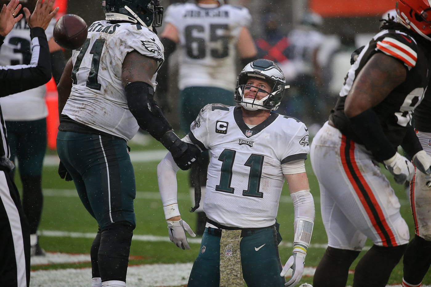 Eagles, Carson Wentz toss a decent defensive effort into Lake Erie, spiral downward in 22-17 loss to Browns