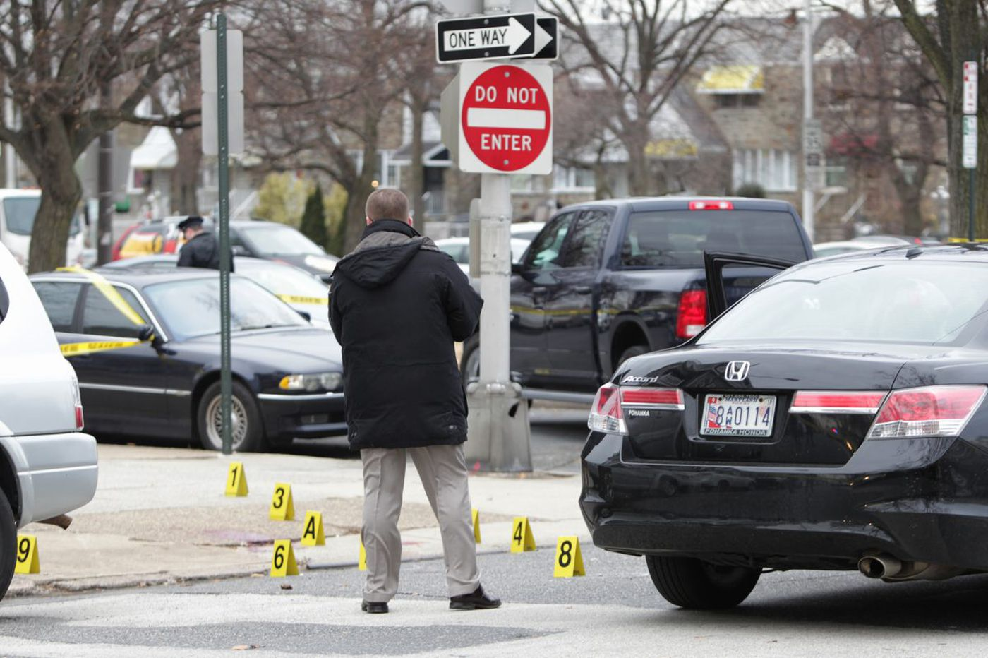 Off-duty cop fatally shoots erratic driver after struggle in S. Philly