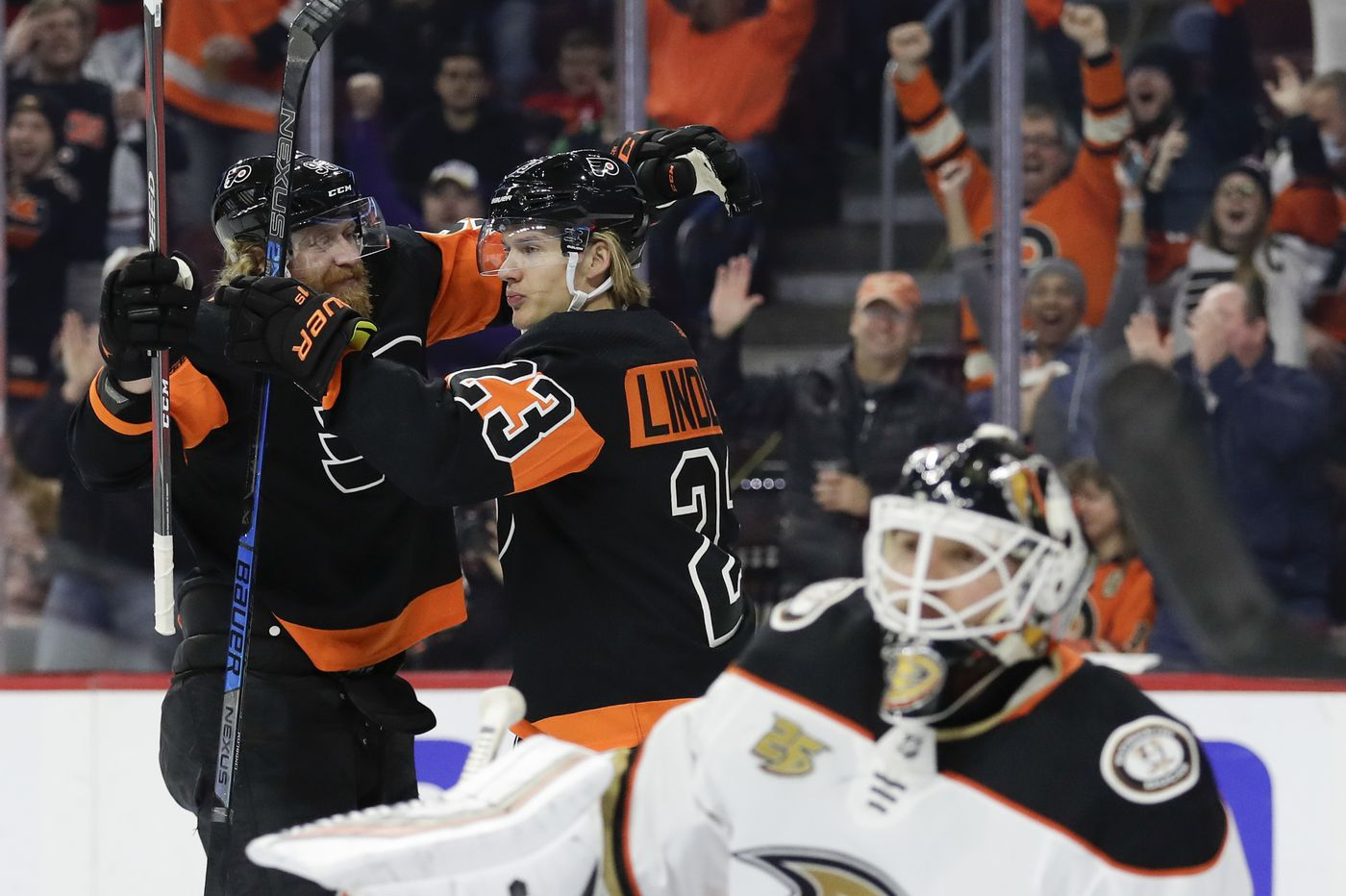 Carter Hart ties rookie record as red-hot Flyers jump Ducks