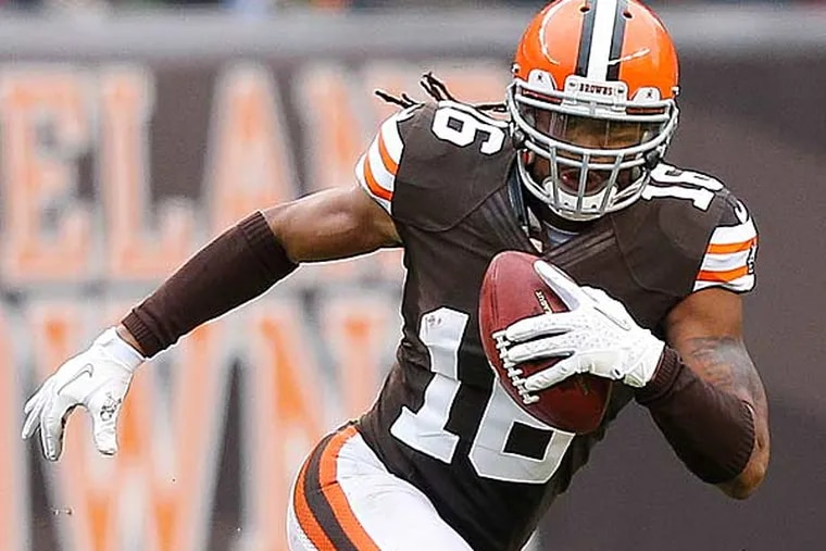 Cleveland Browns wide receiver Josh Cribbs (16) runs the ball against the Baltimore Ravens in the second half of an NFL football game in Cleveland, Sunday, Nov. 4, 2012. (Rick Osentoski/AP)