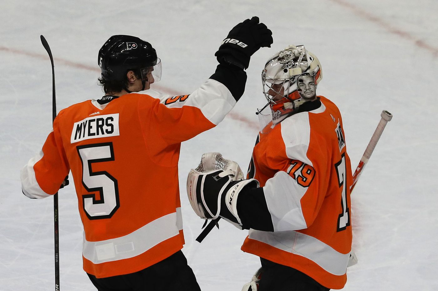 Flyers cruise past Carolina Hurricanes, 4-1, to win 8th straight and move into virtual tie for first place