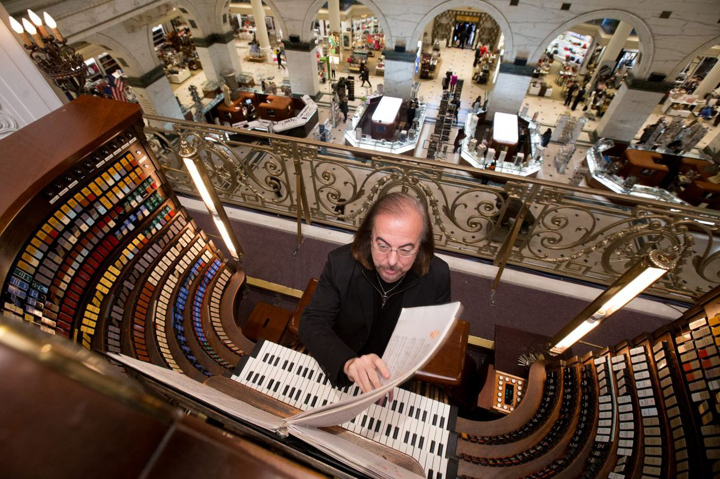 Wanamaker organist Conte brings thrilling color to mostly drab Philadelphia Orchestra program