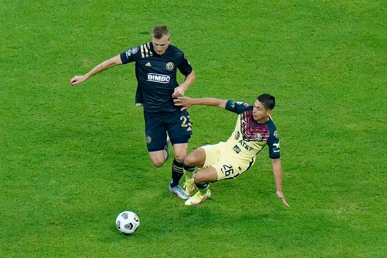 The Union's Kacper Przybylko (left) battles Club América's Salvador Reyes during the first game of their Concacaf Champions League series, a 2-0 América win at Mexico City's Estadio Azteca on Aug. 12.