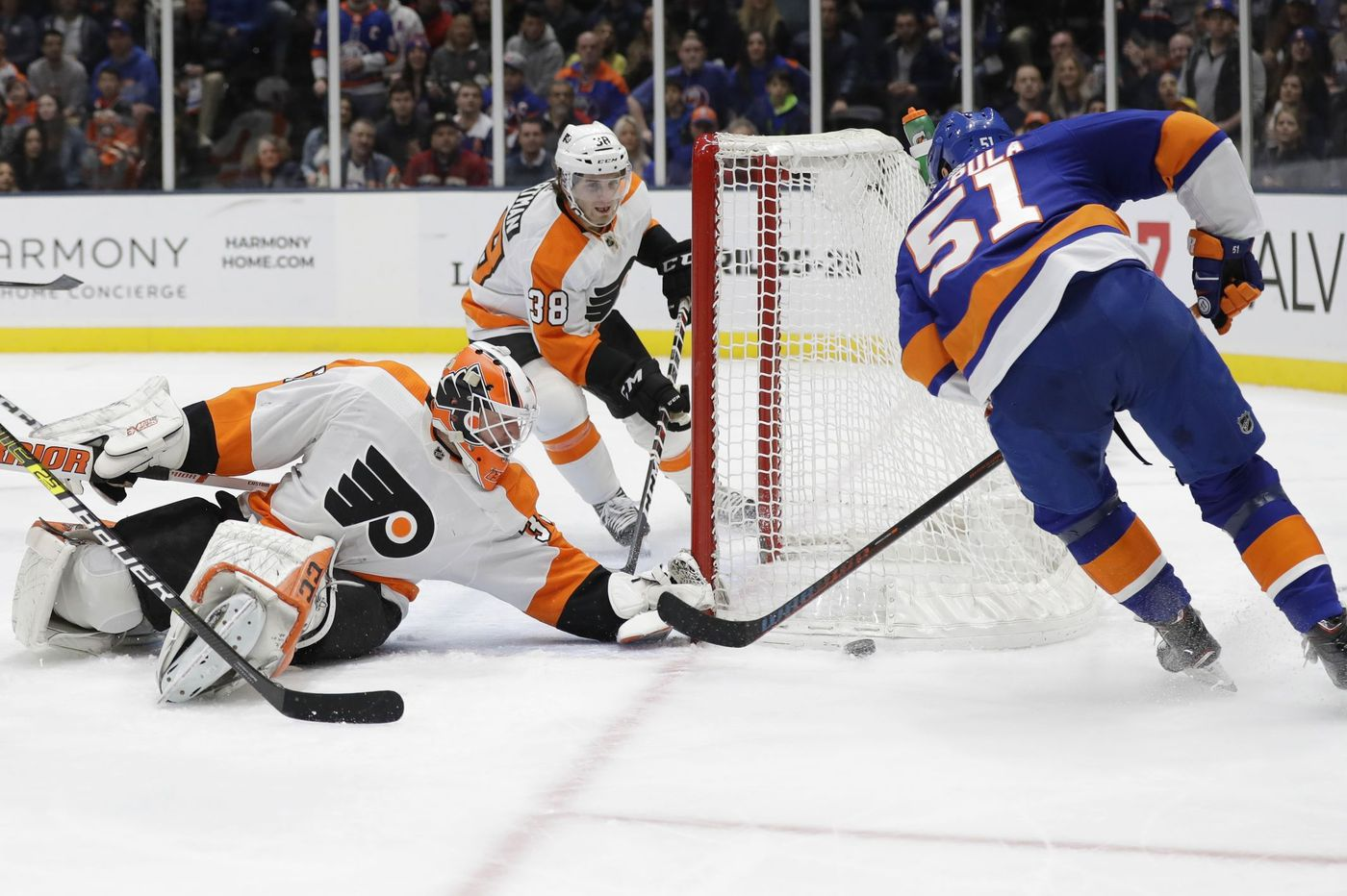 Flyers blast Islanders, 5-2, and move to within 5 points of playoff spot
