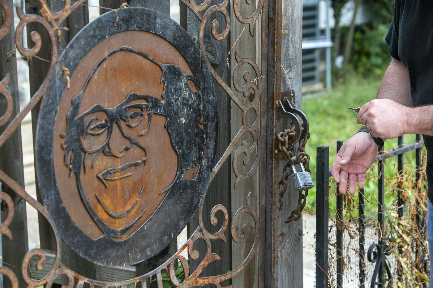A stranger answered his neighbor's call with a Danny DeVito gate on a Kensington alley