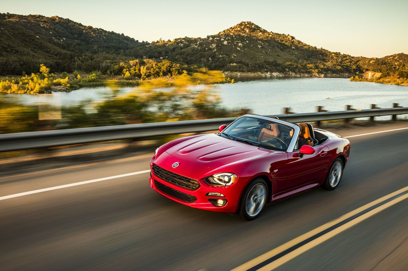 2019 Fiat 124 Spider Abarth makes drivers want to stretch summer