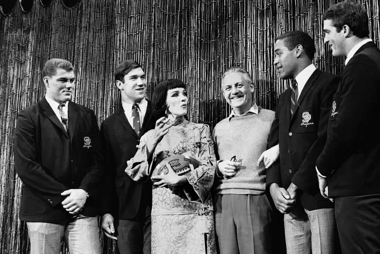 """In this Dec. 13, 1967, file photo, Southern California football players Ron Yary, left, Tim Rossovich, second from left, O.J. Simpson, second from right, and Adrian Young, right, visit the set of the movie """"Star"""" at 20th Century-Fox Studios in Hollywood, Calif. Between the players are movie star Julie Andrews and director Robert Wise. Rossovich was a consensus All-American defensive end at Southern California."""
