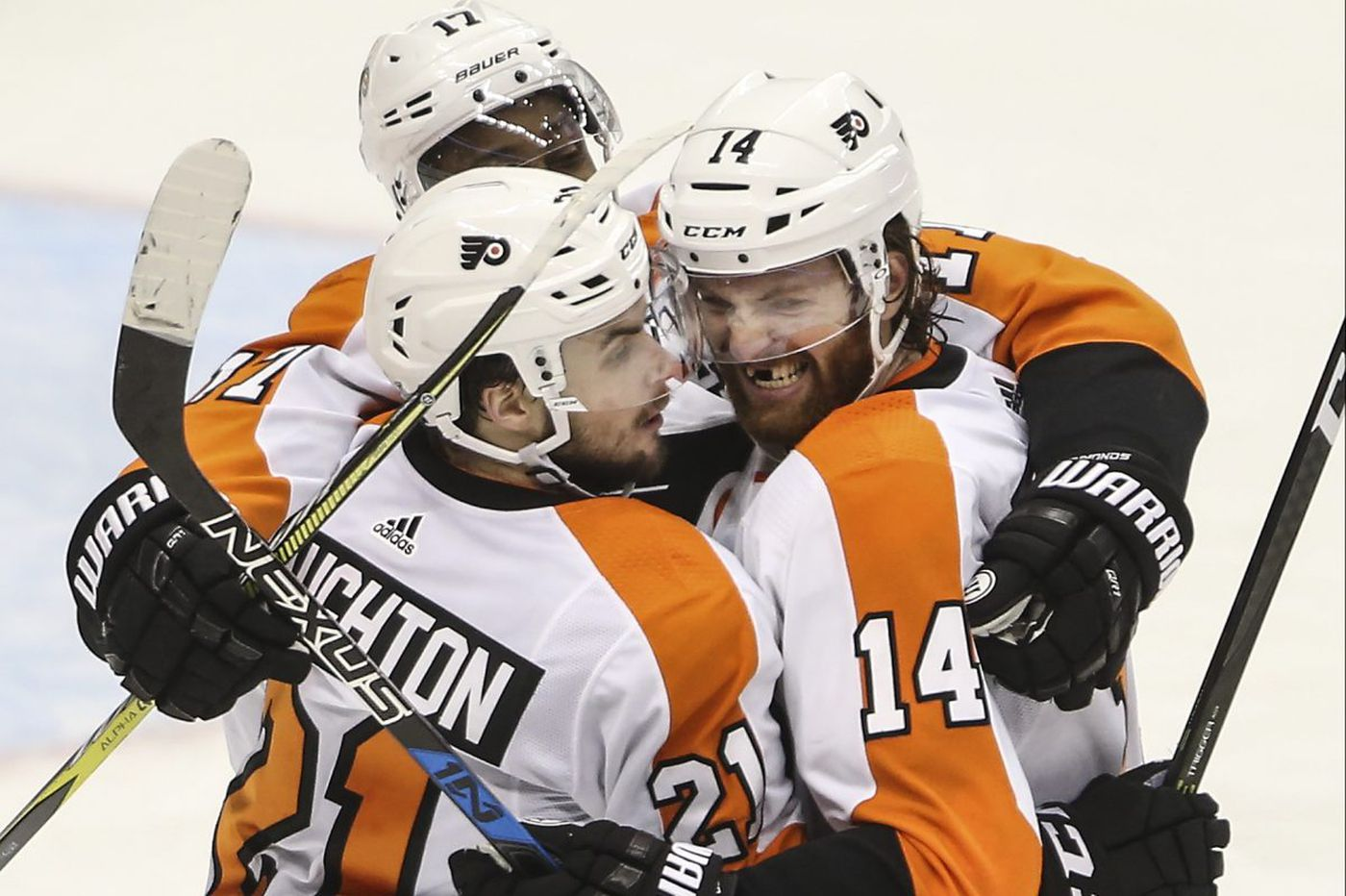 Sean Couturier's late goal gives Flyers stunning win over Penguins, keeps series alive