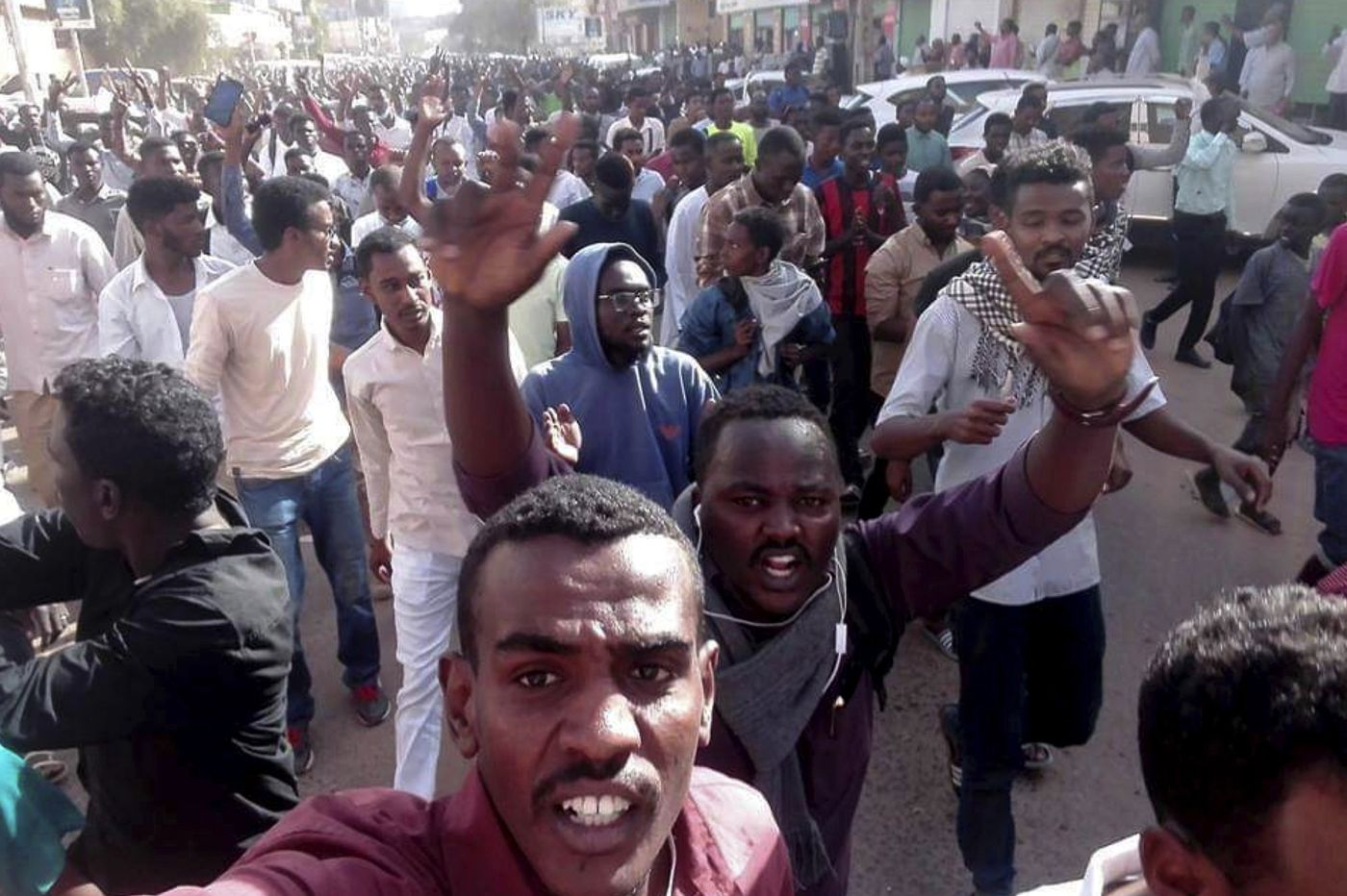 Clashes erupt as Sudanese march on presidential palace