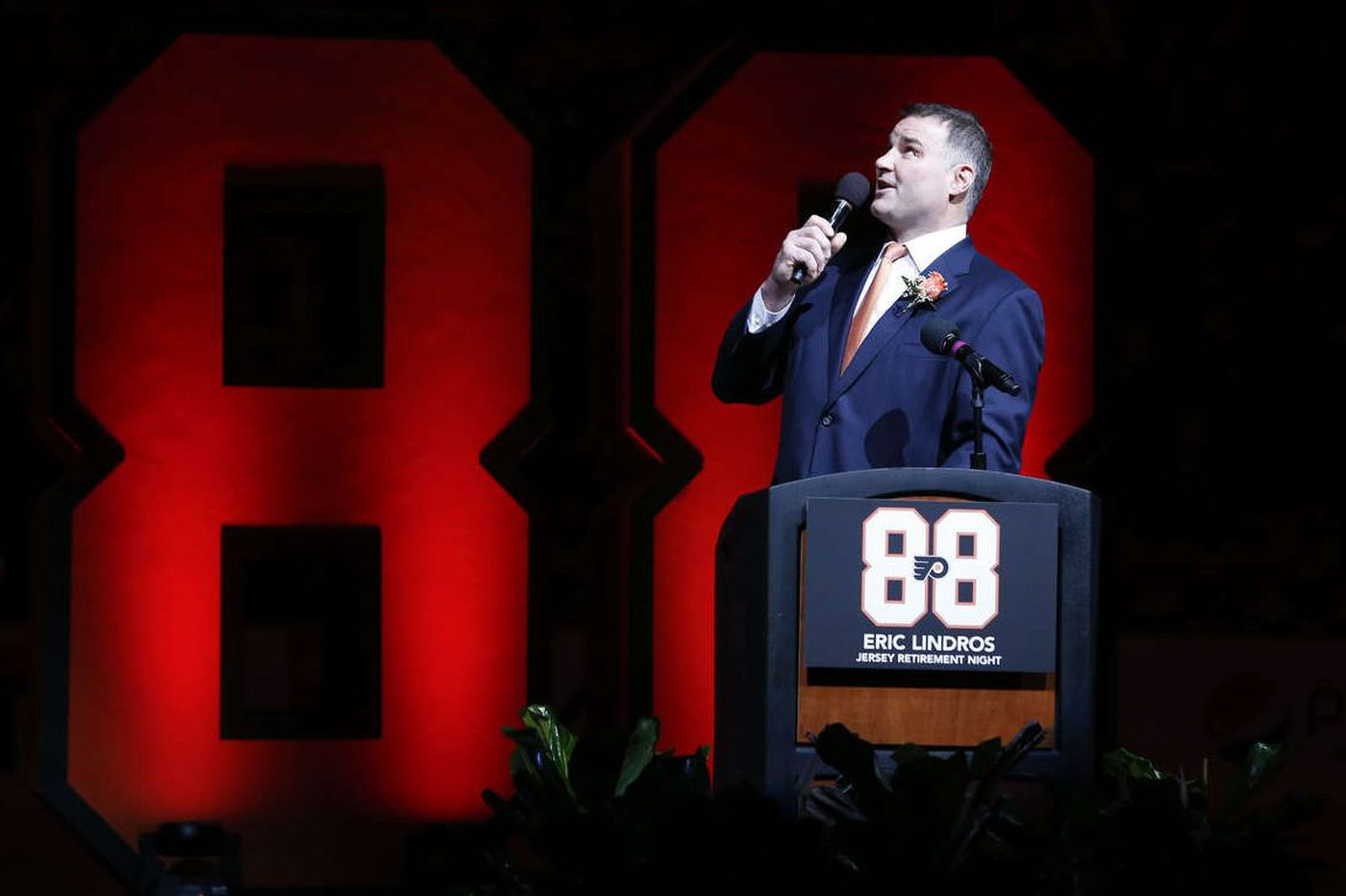 Eric Lindros gets emotional reception from fans as No. 88 is retired