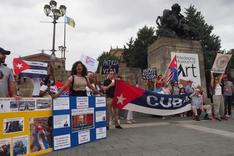Cubanos se manifiestan en las escalinatas del Museo de Arte de Filadelfia, el 18 de julio de 2021. Más de 200 personas se reunieron en una demostración de apoyo a las protestas realizadas en Cuba contra el régimen cubano.