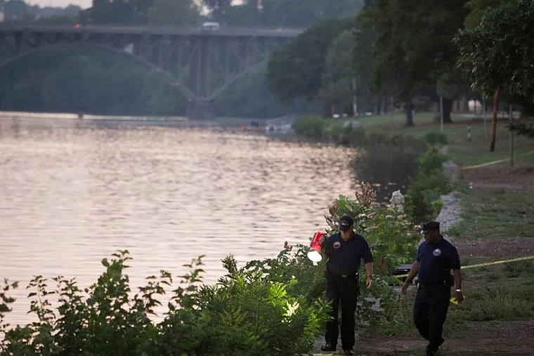 Philadelphia police investigate along the Schuylkill River early Wednesday morning near the reviewing stand by the Jack Kelly statue where two bodies were pulled from the river. ( ALEJANDRO A. ALVAREZ / STAFF PHOTOGRAPHER )