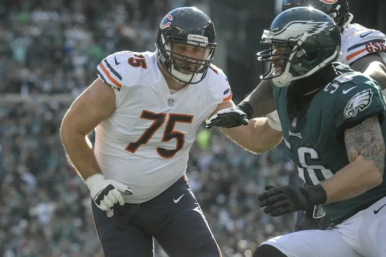 Chicago Bears guard Kyle Long (75) goes to block his brother, Eagles defensive end Chris Long (right) as Bears quarterback Mitchell Trubisky drops back to pass during the Eagles' 31-3 win.