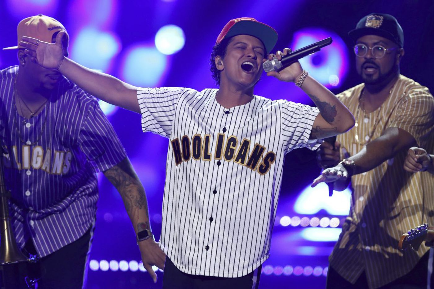 Bruno Mars goes for straightforward (and sometimes monotonous) funk at the Wells Fargo Center