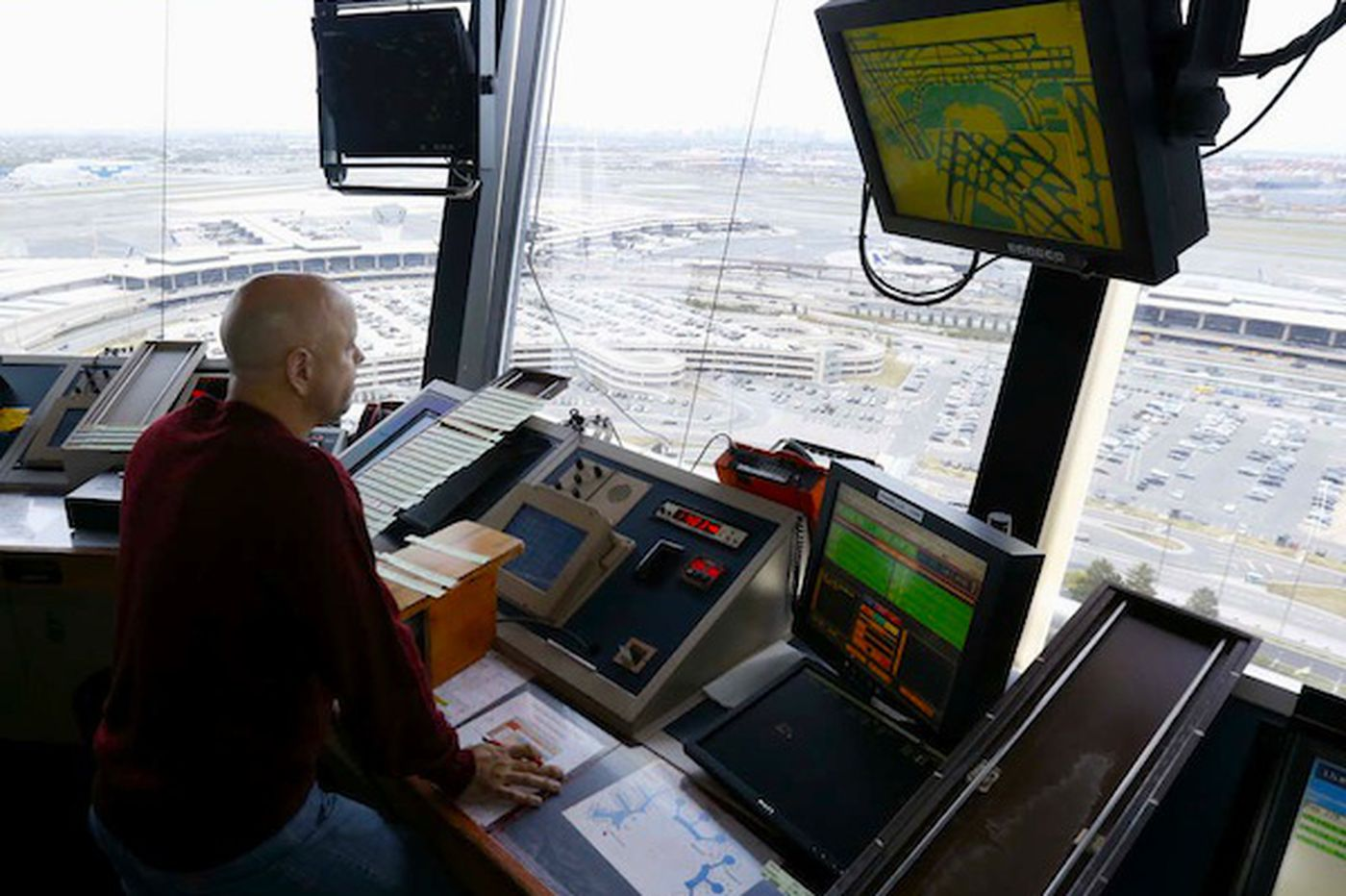 Should air traffic controllers be privatized?