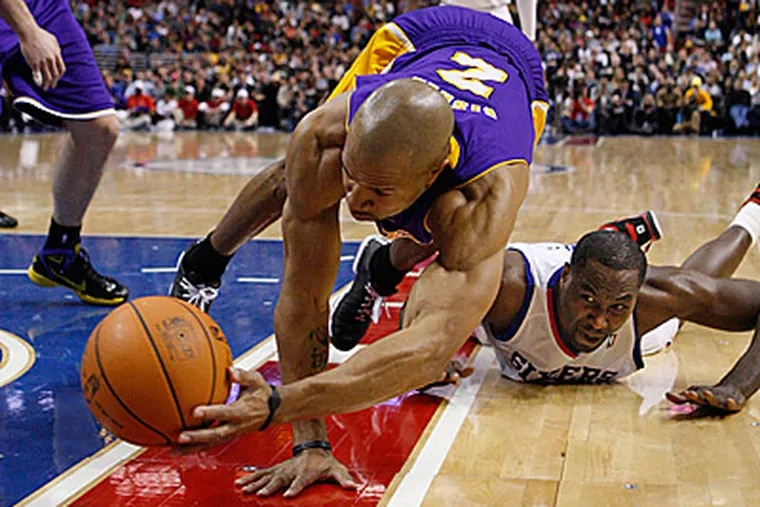 Sixers Elton Brand, right, watches Derek Fisher save the ball from going out of bounds. (Ron Cortes/Staff Photographer)