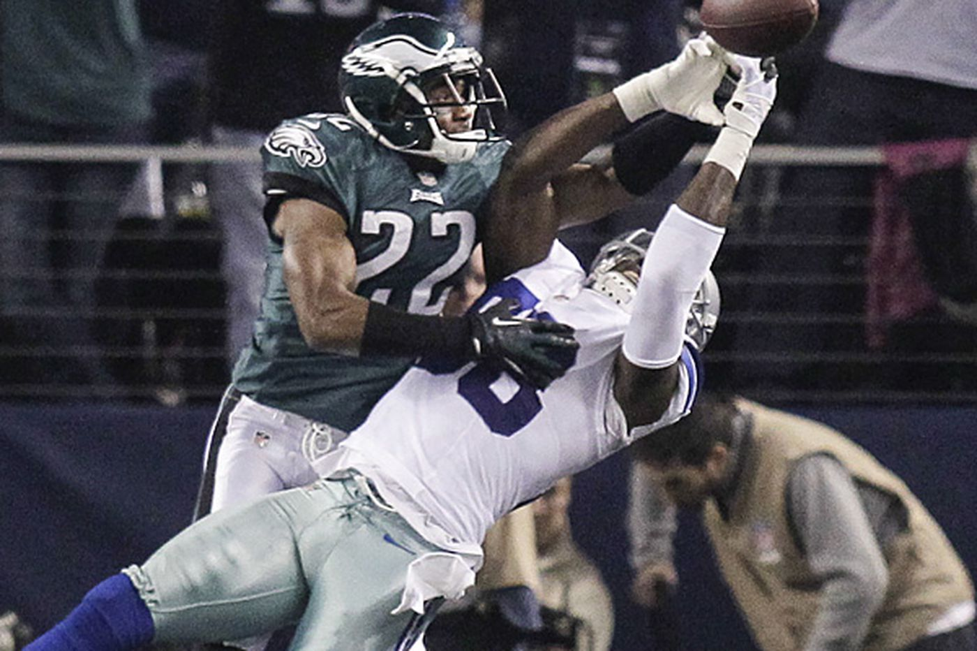 Eagles pull out gritty win in Dallas