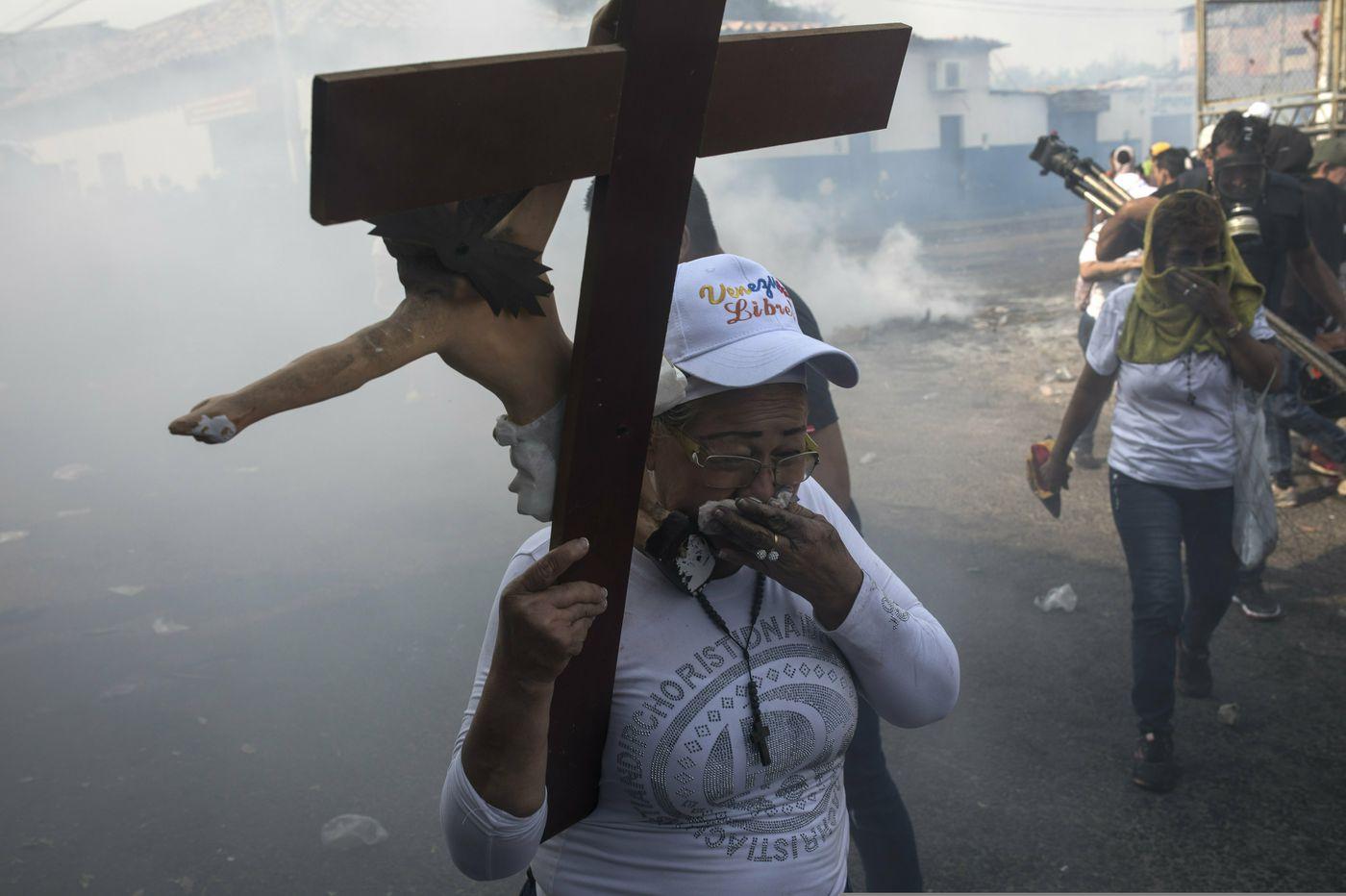 Guaidó and supporters prepare to defy Maduro's blockade of aid in Venezuela