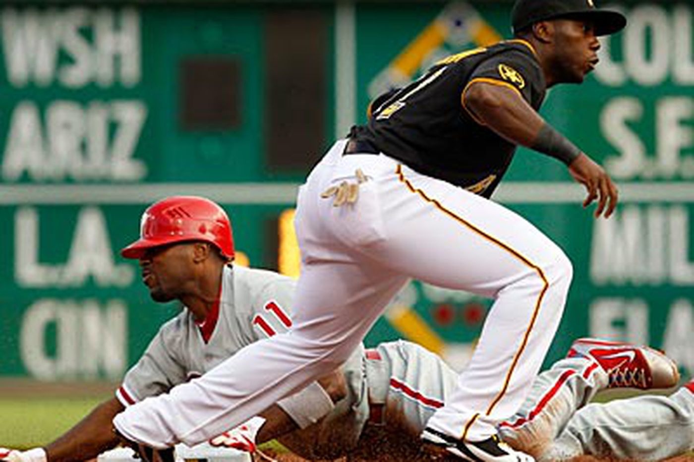 Pirates beat Phillies, 2-1, in extra innings