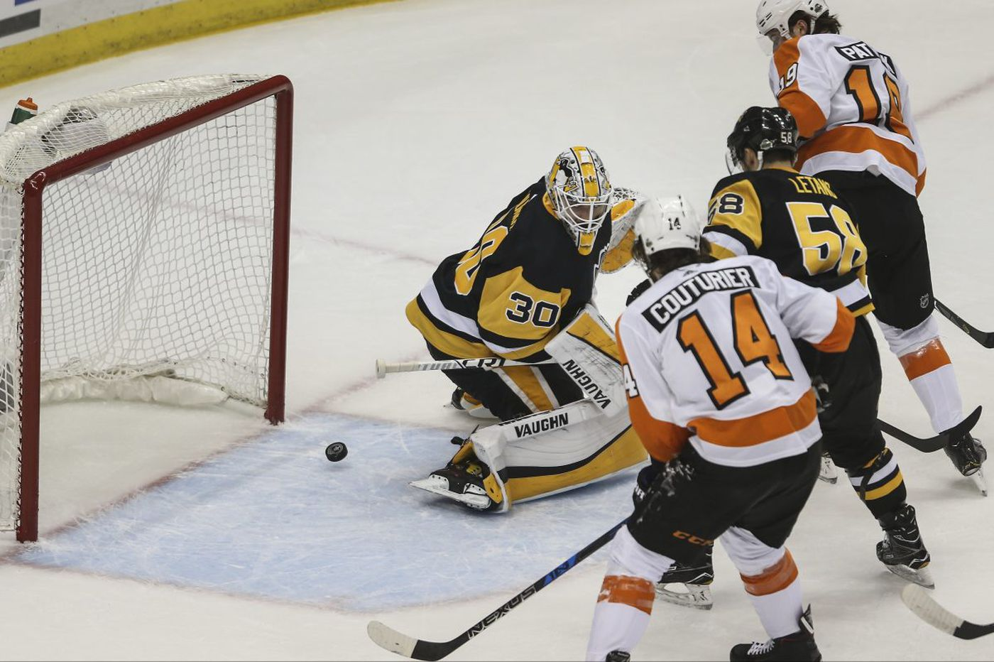 Flyers rebound from drubbing, stun Penguins, 5-1, to even series