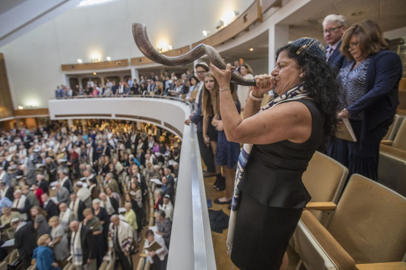 Picking up her husband's shofar, widow makes temple history