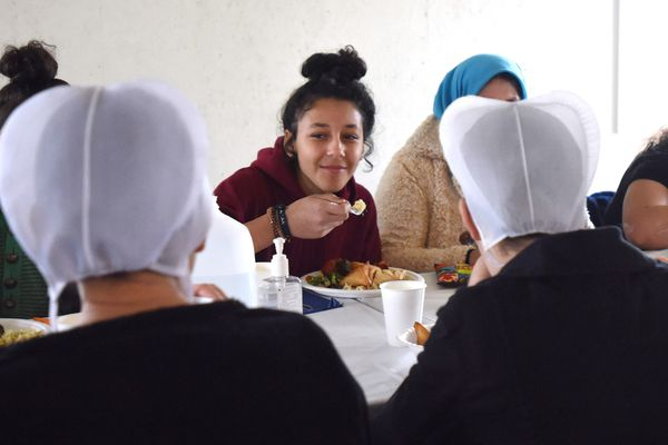 Amish share meal with refugees, bridging gap between cultures