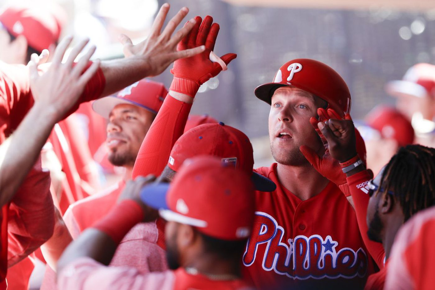 Rhys Hoskins powers Phillies past Twins