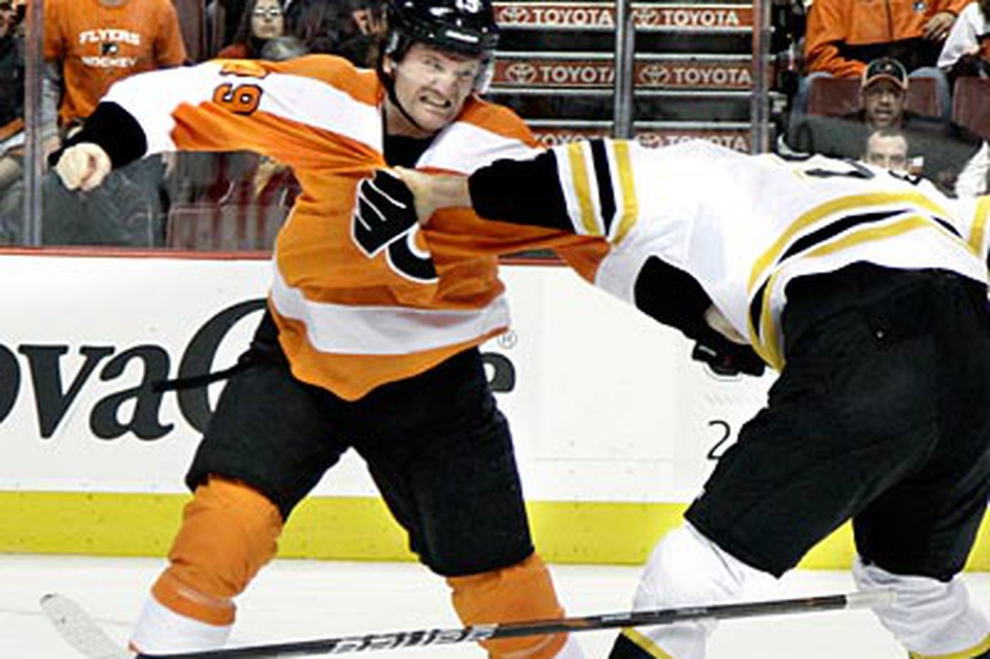 Hartnell protects and serves with Flyers' top line