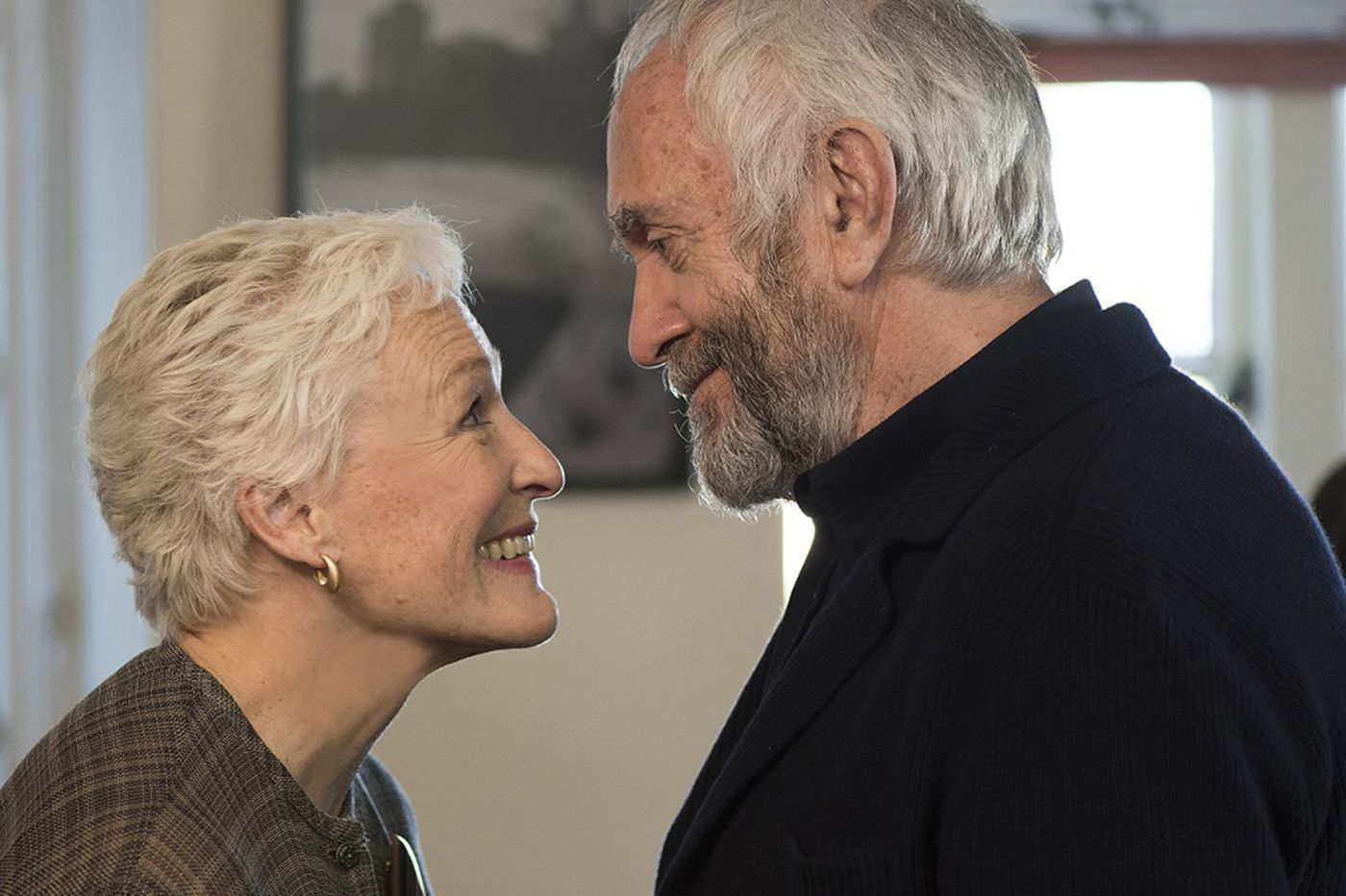 'The Wife': Glenn Close transcends a clumsily plotted movie