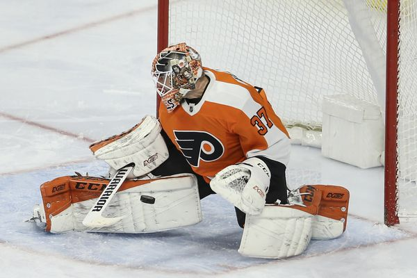 Brian Elliott fills in admirably for Flyers with Carter Hart sidelined