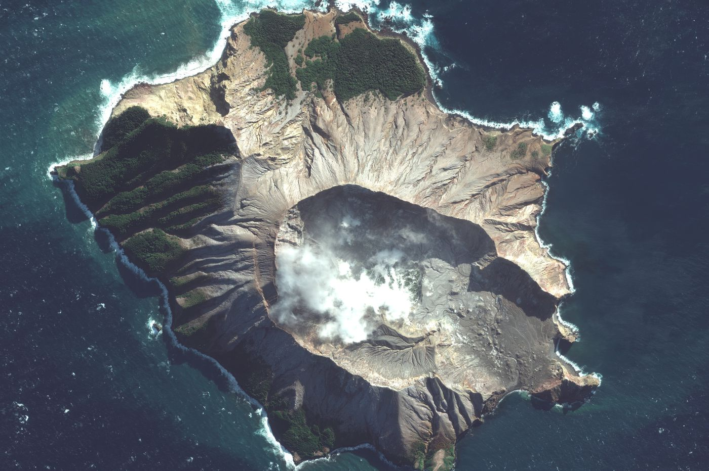 New Zealand launches risky mission to recover bodies from White Island as volcano threatens to erupt again