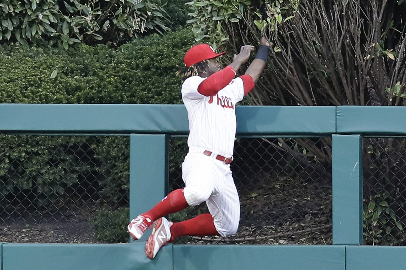 Phillies waste Odubel Herrera's incredible catch in loss to Braves