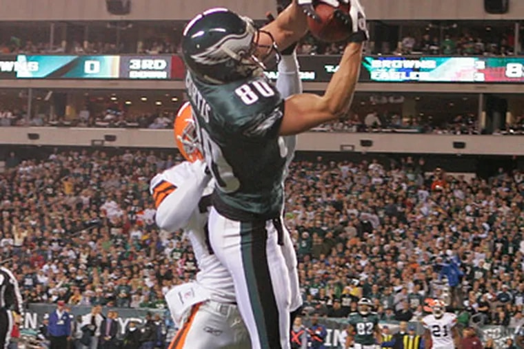 Kevin Curtis' touchdown catch was one of many highlights on a big night for the Eagles' wide receiving corps against Cleveland. (Ron Cortes/Staff Photographer)
