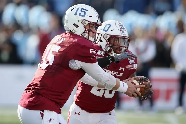 Temple quarterback Anthony Russo handing off to running back Re'Mahn Davis during a game last season.